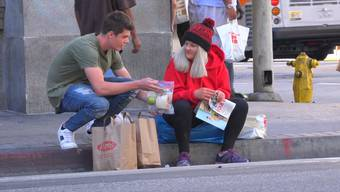 Brooke Roberts verteilt Essen an Obdachlose – unter anderem an die vermisste Jaime Garlinghouse (Minute 2:29).