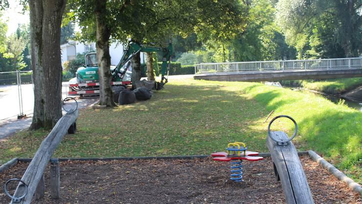 Ein Bagger steht im Junkholz bereit für die Arbeiten.
