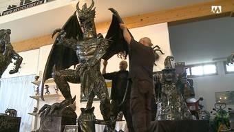 Eric Pauli (rechts ) und Peter Lötscher setzen eine ihrer Skulpturen zusammen.