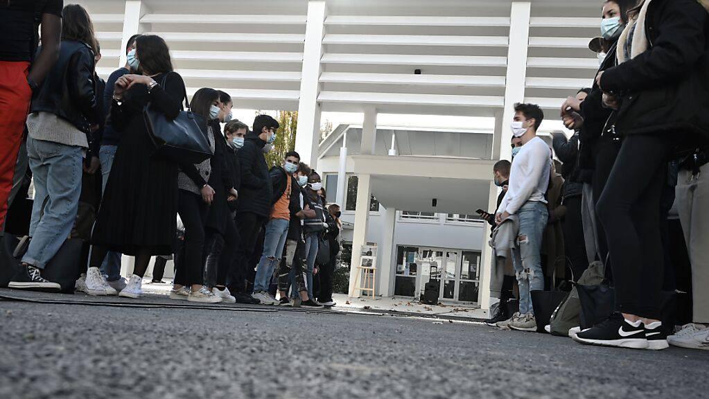 Schüler und Lehrer versammeln sich vor der aragonischen Sekundarschule, zu einer Schweigeminute für den getöteten Lehrer Paty. Paty war vor gut zwei Wochen auf brutaler Weise getötet worden, die Ermittler gehen von einem Terrorakt aus.