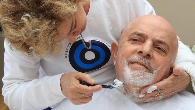 Marisa Leticia, Frau von Brasiliens Ex-Präsident Lula da Silva, rasiert ihm Kopfhaar und Bart ab.