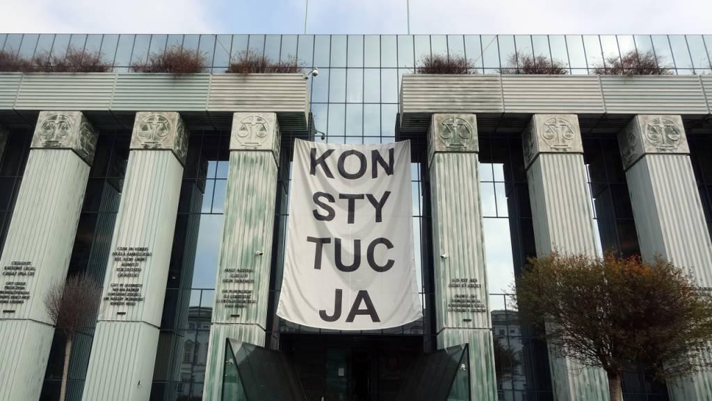 ARCHIV - Über dem Haupteingang des Obersten Gerichts in Warschau hängt ein Banner mit der Aufschrift «Konsytucja» (Verfassung). Foto: Natalie Skrzypczak/dpa
