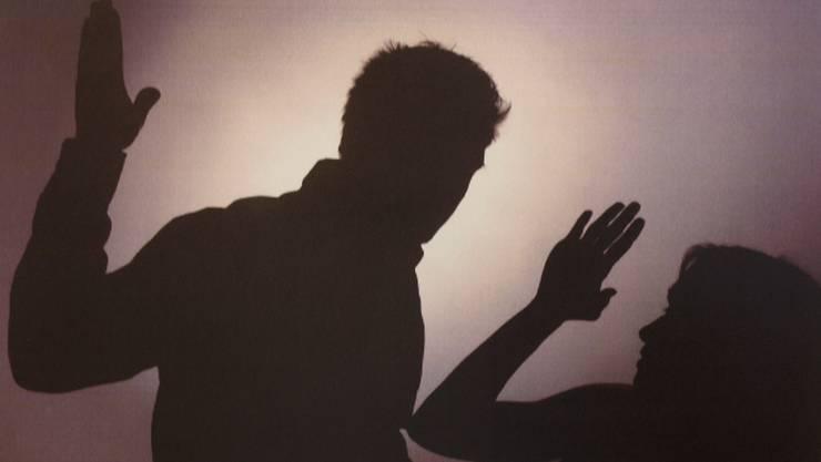 Einsätze wegen häuslicher Gewalt gehören für die Polizei zum Alltag. (Symbolbild)