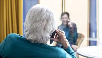 Einrichten von Besucherzonen, hoher Aufwand bei der Betreuung erkrankter Bewohnerinnen und Bewohner und kaum Neueintritte: Die Covid-19-Krise fordert die Alters- und Pflegeheime. (Symbolbild)