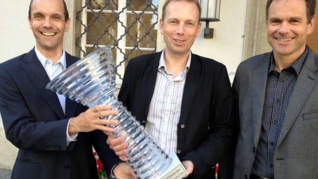 Foto von links nach rechts: Walter von Känel, Mitglied OK, Sieger der Aarauer Stadtrat Michael Ganz und OK Präsident der Oltner Stadtrat Peter Schafer bei der Übergabe des Siegerpokals vor dem Aarauer Rathaus.