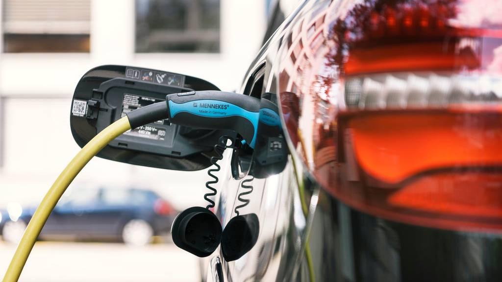 Strom tanken auf der Autobahn: Erste Schnellladestation für E-Autos in Betrieb