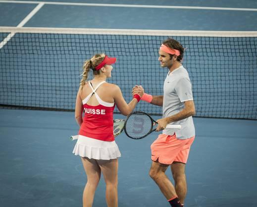 Handschlag nach Punktgewinn: Bencic und Federer verstehen sich.