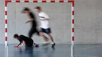 Der Bund schreibt heute den Kantonen vor,  in der Schule pro Woche mindestens drei Lektionen Sport zu unterrichten.