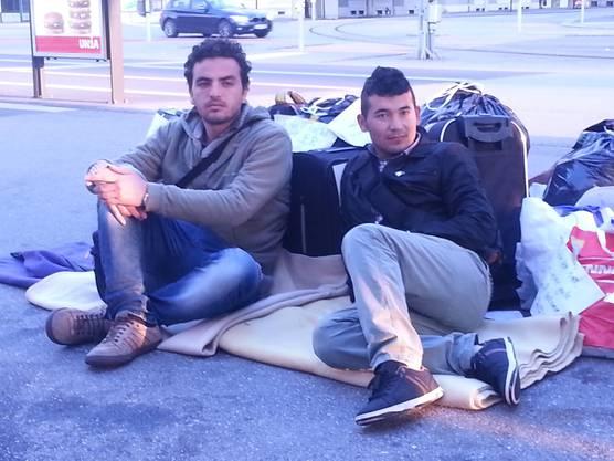 Mahmoud aus Syrien und Ahmad aus Afghanistan. Es sei eine ruhige Nacht gewesen, erzählen sie.