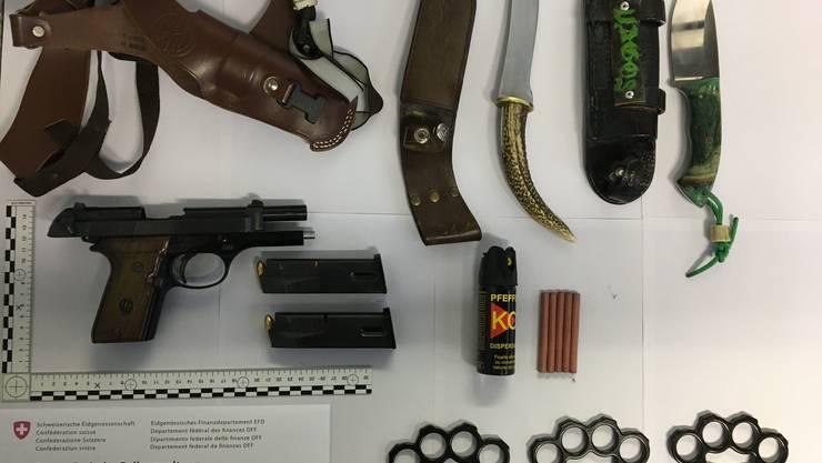 Das kleine Waffenarsenal von zwei Rumänen, welches von Zöllnern bei der Einreisekontrolle in Schleitheim (SH) entdeckt worden ist.