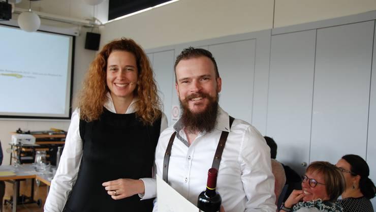 Die Kirchenpflegepräsidentin Arianne Halter gratuliert dem neu gewählten David Teichröb zur Wahl