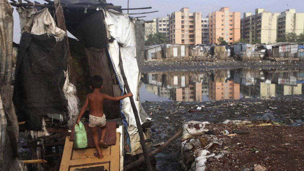 Öffentliche Toiletten sind in Indien nur schwer zu finden - und dazu nicht unbedingt luxuriös ausgestattet. Um den Klomangel zu beheben, sollen Restaurants gegen Gebühr ihre Toiletten allen zugänglich machen. (Archiv)