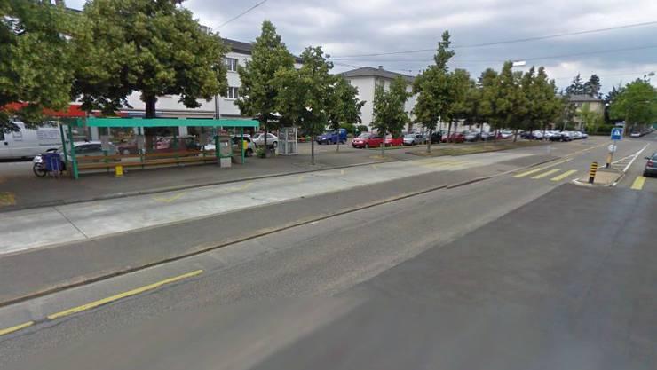 Die Frau wurde an der Bushaltestelle bei der Hörnliallee in Riehen überfallen.