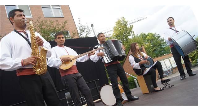 Die mazedonische Gruppe «Muzicari bez granici» spielte noch unter freiem Himmel. Christian Murer