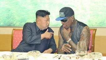 Der frühere NBA-Star Dennis Rodman (r) ist schon lange dick befreundet mit Kim Jong Un (l). Er freut sich deshalb, dass auch Donald Trump den nordkoreanischen Machthaber nun kennenlernt. (Archivbild)