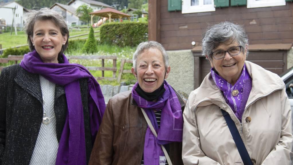 Bundesrätin Simonetta Sommaruga, Germaine Zenhäusern und die ehemalige Bundesrätin Ruth Dreifuss in Unterbäch VS. Zenhäusern ist die Tochter der Frau, die bereits 1957 – noch vor der Einführung des Frauenstimmrechts – an die Urne ging.