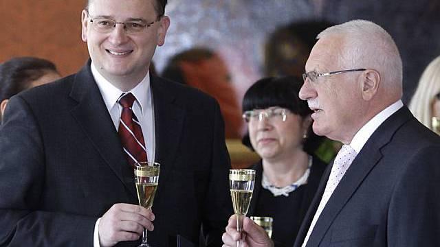 Der neue Regierungschef Petr Necas (links) feiert mit Präsident Vaclav Klaus