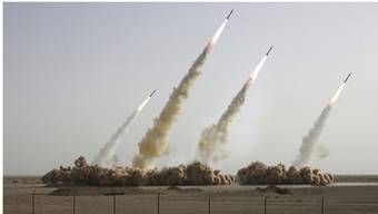Das Bild zeigt vier Raketen, abgefeuert von den iranischen Revolutionären Garden 2008. Gemäss eines Experten wurde das Bild manipuliert: Es seien nur drei Raketen gezündet worden.