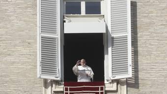 Papst Franziskus spricht das Angelus-Gebet vom Fenster seines Arbeitszimmers mit Blick auf den Petersplatz. Foto: Gregorio Borgia/AP/dpa
