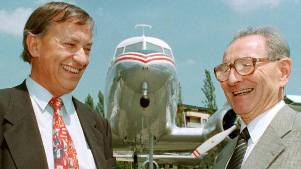 Der langjährige SBB-Chef Werner Latscha (rechts) ist 94-jährig verstorben. Latscha, hier im Bild mit mit dem ehemaligen Luzerner Regierungsrat Heinrich Zemp (links), war nach seiner Pensionierung Präsident des Verkehrshaus der Schweiz in Luzern. (Archivbild)