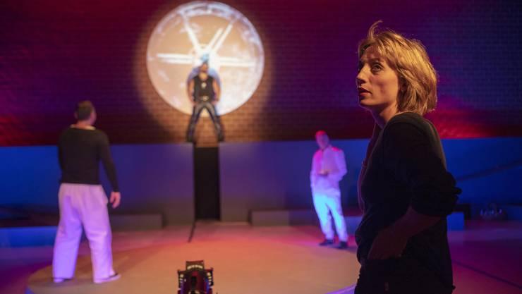 Szenenprobe mit Regisseurin Annina Sonnenwald und Strafgefangenen als Müllerlehrling Baba, Meister und Erzähler im Theaterstück «In der Mühle»