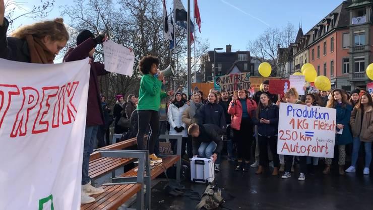 Hunderte von Schülerinnen und Schüler der Kanti Baden und Wettingen demonstrieren auf dem unteren Bahnhofplatz in Baden für die Umwelt.