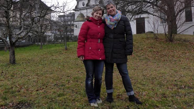 Hier lässt es sich sorgenfrei herumtoben: Marta Farkasne und Magdalena Müller im Garten ihrer zweisprachigen Spielgruppe «HerzKäfer», die sie am 2. März eröffnen.