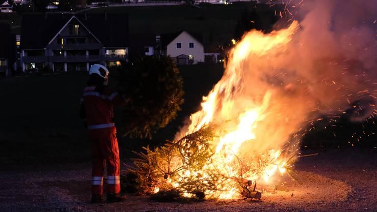 Zuerst entstand viel Rauch und dann knisterte es laut, ehe die Flammen emporstiegen.