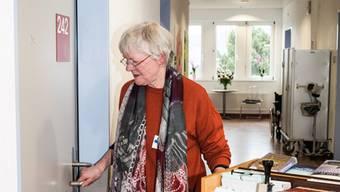 «Biblihelferin» Elsi Vogt geht mit dem Bücherwagen von Tür zu Tür. Jiri Reiner