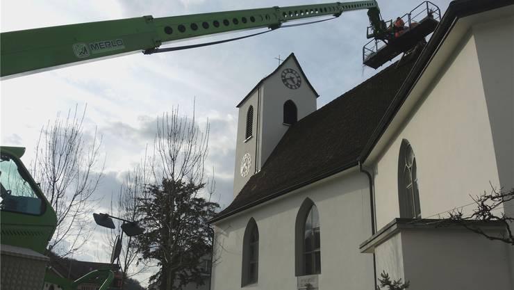 Das Nest wird mit Ästen ausgekleidet: Der Storch soll sich auf dem Kirchendach wohlfühlen.