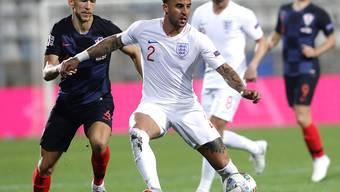 Englands Verteidiger Kyle Walker (Mitte) kommt vor Ivan Perisic (links) an den Ball