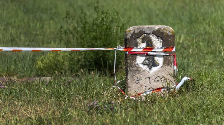 Die Absperrungen, die die Landesgrenzen markieren sollten, halten oft nicht lange. Das Plastikband liegt dann auf dem Waldboden rum. Es ist wohl auch kaum möglich der gesamten Landesgrenze entlang Absperrbänder anzubringen.