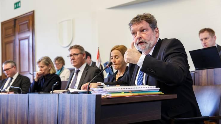 Finanzdirektor Roland Heim (rechts) setzte sich auf der Regierungsbank ebenso kämpferisch wie erfolgreich für die Steuervorlage ein.