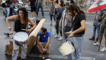 Nach dem ersten Toten bei den Protesten im Libanon wächst die Wut auf die Führung des Landes. Demonstranten blockierten am Mittwoch Strassen in der Hauptstadt Beirut sowie Verbindungsstrassen ins Umland.