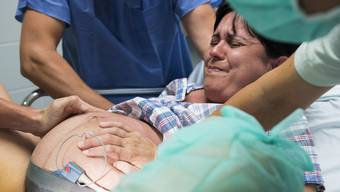 «Jetzt stellen Sie sich nicht so an»: Mitten unter der Geburt kann sich eine Frau nur schwer gegen solche Bemerkungen von Ärzten oder Hebammen wehren. (Symbolbild)