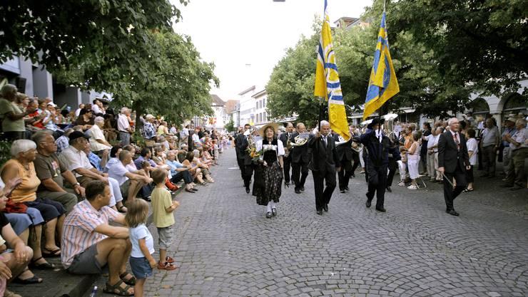 Die Stadtmusik Langenthal marschiert in Richtung Kantonales Musikfest (fg, Archiv)
