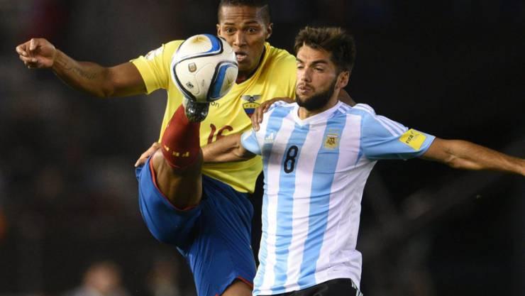 Der Argentinier Emmanuel Mas im Zweikampf mit dem Ecuadorianer Luis Valencia.