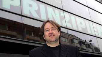 Direktor Georges Delnon posiert vor dem Schauspielhaus (Archivbild)