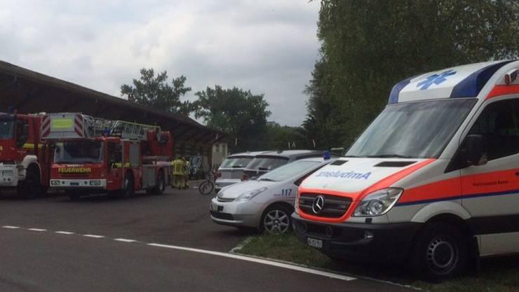 Polizei, Sanität und Feuerwehren sind in Brugg mit einem Grossaufgebot vor Ort.