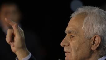 Momcilo Krajisnik hält eine Rede vor seinen Anhängern