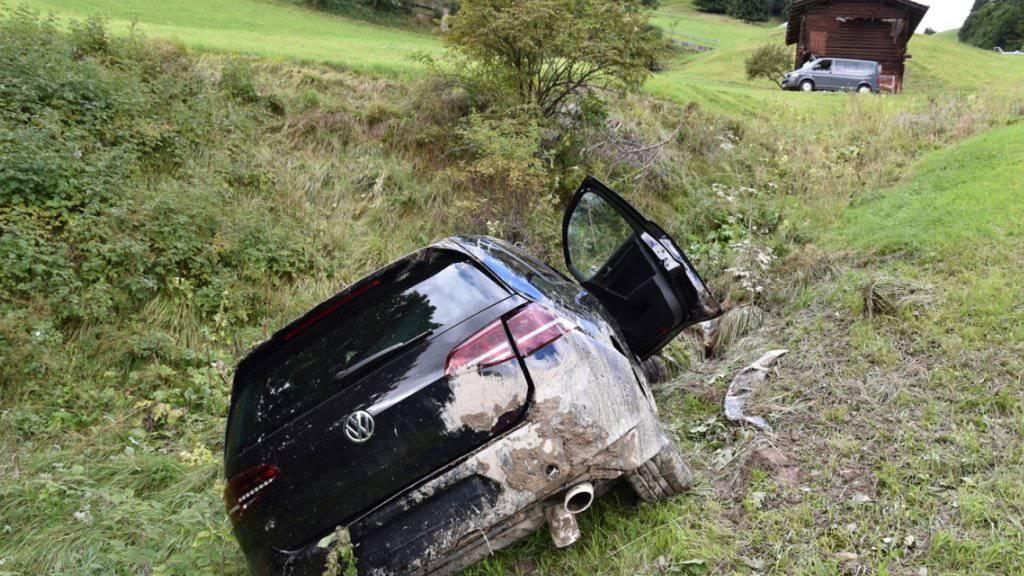 150 Meter stürzte der Wagen einen Abhang hinunter: Die Insassen blieben unverletzt.
