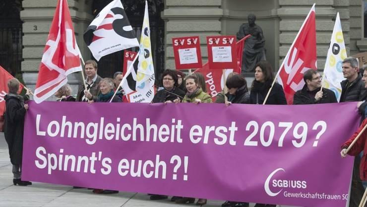 Lohngleichheit wird - wie hier an einer Kundgebung 2013 - am Frauenstreiktag aufs Tapet kommen. Sehr zu Recht, wie eine neue Studie des Bundesamts für Statistik zeigt. (Archivbild)