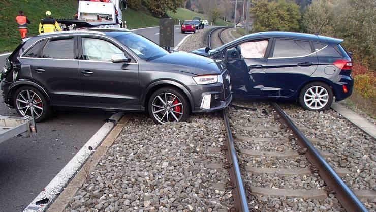 Diese zwei Autos bleiben nach einem Unfall beim Ortseingang Rudolfstetten-Friedlisberg auf dem Bahngleis stehen.