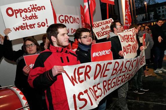Genossen demonstrieren gegen die Weiterführung einer GroKo.