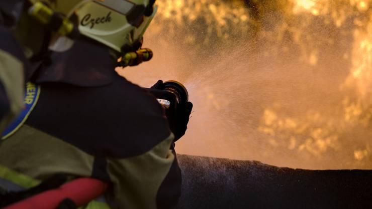 Die Feuerwehr löscht den Brand. (Symbolbild)