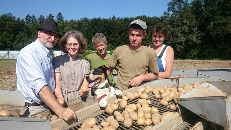 Urs Bucher, Pisoni Kriegstetten, und Karin Stoop, Geschäftsleiterin Perspektive,zu Besuch bei Familie Schläfli aus Horriwil während der Kartoffel-Ernte.