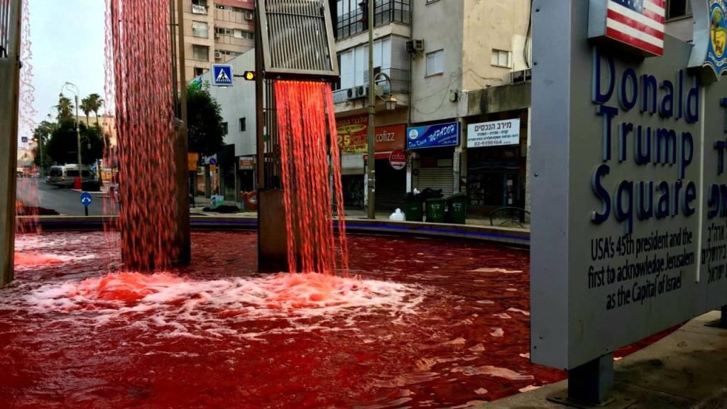Trump-Brunnen mit Kunstblut rot gefärbt