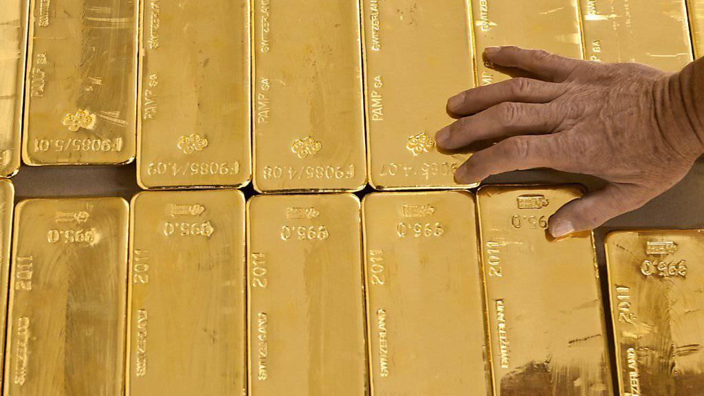 Die Weko verfügt über Anhaltspunkte, dass die UBS und Julius Bär sowie bestimmte ausländische Banken unzulässige Wettbewerbsabreden im Handel mit Edelmetallen wie Gold getroffen haben .