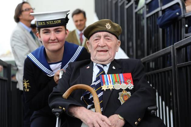 Veteran Henry Cullen (rechts) mit einer Soldatin der Royal Navy.