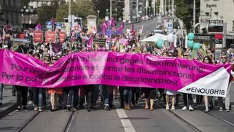 """""""Genug ist genug"""": 20'000 Frauen und Männer demonstrieren auf dem Bundesplatz für Lohngleichheit."""